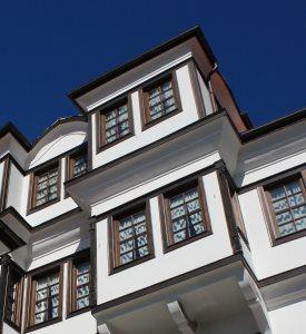 Holzfenster bewahren den Charakter eines Hauses und weisen eine ausgezeichnete Dämmfähigkeit auf.